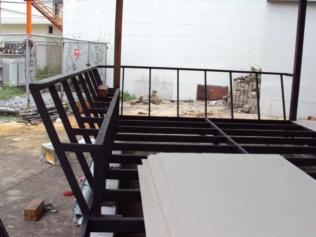 ที่นั่งภายนอกร้านโดยใช้ topไม้เป็นไม้พื้นเฌอร่า ขนาด 10 นิ้ว