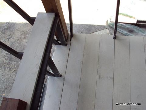 พื้นไม้ที่เข้ามุมและวางบนที่นั่งด้านนอก