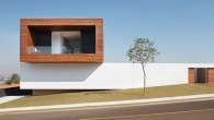 กับคอนเซปต์ 'break the paradigm' กับการแหวกแนวคิดเดิมๆ ทำให้เกิดบ้าน MODERN 3ชั้นแห่งนี้ ซึ่งก่อสร้างในประเทศบราซิลโดยมีสระว่ายน้ำและประตูขนาดใหญ่(มากๆ)และพื้นที่ด้านในเปิดโล่งทำให้เห็นถึงพื้นที่และแนวความคิดของผู้ออกแบบ