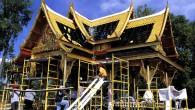 หลังคาบ้านสามารถบอกถึงฐานะของเจ้าของบ้านได้  หลังคาบ้านหรืออาคารสามารถบ่งบอกถึงเอกลักษณ์ของแต่ละท้องถิ่นที่สิ่งปลูกสร้างนั้นอยู่ได้และ หลังคาบ้านเป็นส่วนหนึ่งที่บ่งบอกถึงฐานะและบารมีขอเจ้าของบ้านได้ ครับ วันนี้ผู้เขียนขอพูดถึงกระเบื้องหลังคาในบ้านเรากันนะครับว่ามีกี่ยี่ห้อข้อดีข้อเสียต่างๆเป็นเช่นไรบ้าง เรามาเริ่มกันเลยดีกว่า
