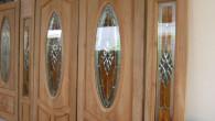 ประตูไม้ เปรียบเที่ยบข้อแตกต่างระหว่างประตูไม้จริงกับประตูไม้สำเร็จ  ประตูบ้านเป็นอีกส่วนประกอบที่สำคัญมากในบ้าน เป็นส่วนที่ส่งเสริมบารมีของเจ้าของบ้านเป็นอย่างยิ่ง  โดยส่วนใหญ่ประตูบ้านส่วนใหญ่จะเป็นประตูไม้ เป็นไม้สักที่แกะลวดลายที่สวยงาม หรือ ถ้าเป็นบ้าน MODERN ก็จะทำเป็นประดูสำเร็จที่สวยงาม