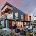 แบบบ้านฟรี : บ้าน Modern สุดสวย ที่อบอุ่น น่าอยู่ สวัสดีครับเพื่อนทุกๆท่านวันนี้ผู้เขียนได้ เจอแบบบ้าน modern สวย สวย อีกแล้ว คราวนี้แบบบ้านฟรีหลังนี้จะมีลักษณะคล้ายกับตู้คอนเทรนเนอร์ หน้าตาเป็นเช่นไรไปดูกันได้เลยจ้า